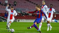 Penyerang Barcelona, Antoine Griezmann, melepaskan tendangan saat melawan Paris Saint-Germain (PSG) pada laga Liga Champions di Stadion Camp Nou, Rabu (17/2/2021). Barcelona takluk dengan skor 1-4. (AP/Joan Monfort)