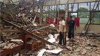 Ruang kelas SDN  Karawang Kulon III, di Jalan Bunut Kertayasa, Desa Karawang kulon, Kecamatan Karawang Barat, ambruk setelah diguyur hujan. (Liputan6.com/Abramena)