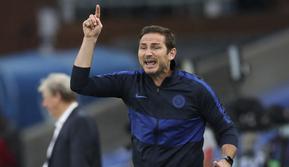 Pelatih Chelsea, Frank Lampard, memberia arahan kepada anak asuhnya saat melawan Crystal Palace pada laga Premier League di Stadion Selhurst Park, London, Selasa (7/7/2020). Chelsea menang dengan skor 3-2.  (Peter Cziborra/Pool via AP)