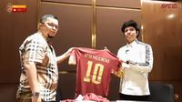 Presiden Sriwijaya FC, Hendri Zainuddin (kiri) bersama Atta Halilintar. (Potongan layar YouTube SFC Tv).