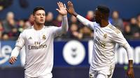Pemain Real Madrid, Luka Jovic melakukan selebrasi bersama Vinicius Junior usai mencetak gol ke gawang Osasuna pada laga La Liga di Stadion El Sadar, Minggu (9/2/2020). Real Madrid menang 4-1 atas Osasuna. (AP/Alvaro Barrientos)