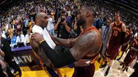 Kobe Bryant (kiri) dan LeBron James, berpelukan setelah melakoni duel untuk terakhir kali di Staples Center, Los Angeles, AS, Jumat (11/3/2016) WIB. (Twitter)