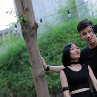 """""""Ini single pertama kita sebagai Duo di Soundwave. Januari udah dibikin lagunya, hari ini syuting video klip. Ada dua tempat hari ini,"""" kata Rinni Wulandari di sela syuting video klip. (Adrian Putra/Bintang.com)"""