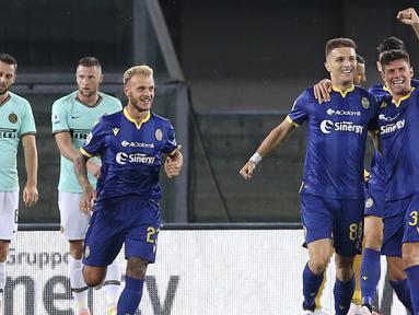 Pemain Hellas Verona merayakan gol yang dicetak Darko Lazovic ke gawang Inter Milan pada laga lanjutan Serie A di Stadion Antonio Bentegodi, Jumat (10/7/2020) dini hari WIB. Inter Milan bermain imbang 2-2 atas Hellas Verona. (Paola Garbuio/LaPresse via AP)