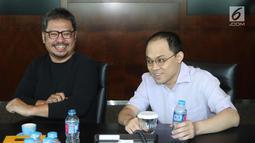 EO KMK Online Adi Sariaatmadja (kanan) dan CEO KLN Steve Christian (kiri) usai menandatangani Akta Penggabungan (merger) PT Liputan6.com dan PT KLN, Jakarta, Kamis (29/3). Merger ini melahirkan KapanLagi Youniverse. (Liputan6.com/Arya Manggala)