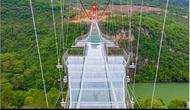 China Punya Jembatan Kaca Terpanjang di Dunia. (dok.Instagram @dezeen/https://www.instagram.com/p/CEuXkXNlYqK/Henry)
