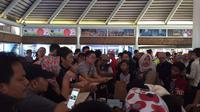 Sore harinya, penumpang mendapat kabar bila keberangkatan tujuan Malang harus dialihkan ke Bandara Juanda Surabaya. (Liputan6.com/Pramita Tristiawati)