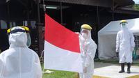 10 tenaga medis di Kutai Kartanegara tetap melaksanakan upacara bendera meski dengan APD lengkap. (foto: istimewa)