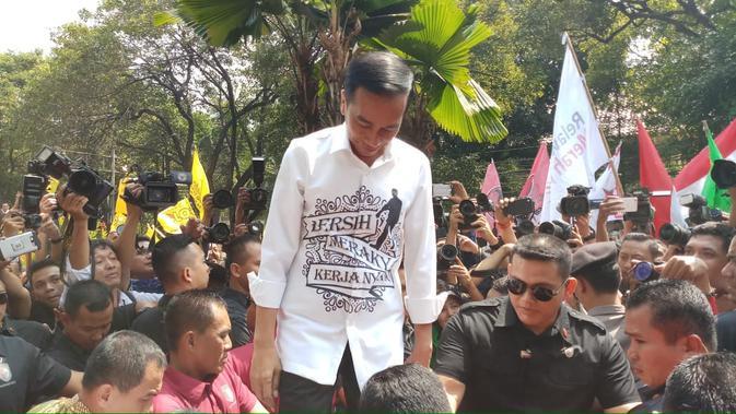 Jokowi di tengah relawannya yang menyemut di Kantor KPU, Jakarta. (Liputan6.com/Ady Anugrahadi)#source%3Dgooglier%2Ecom#https%3A%2F%2Fgooglier%2Ecom%2Fpage%2F%2F10000