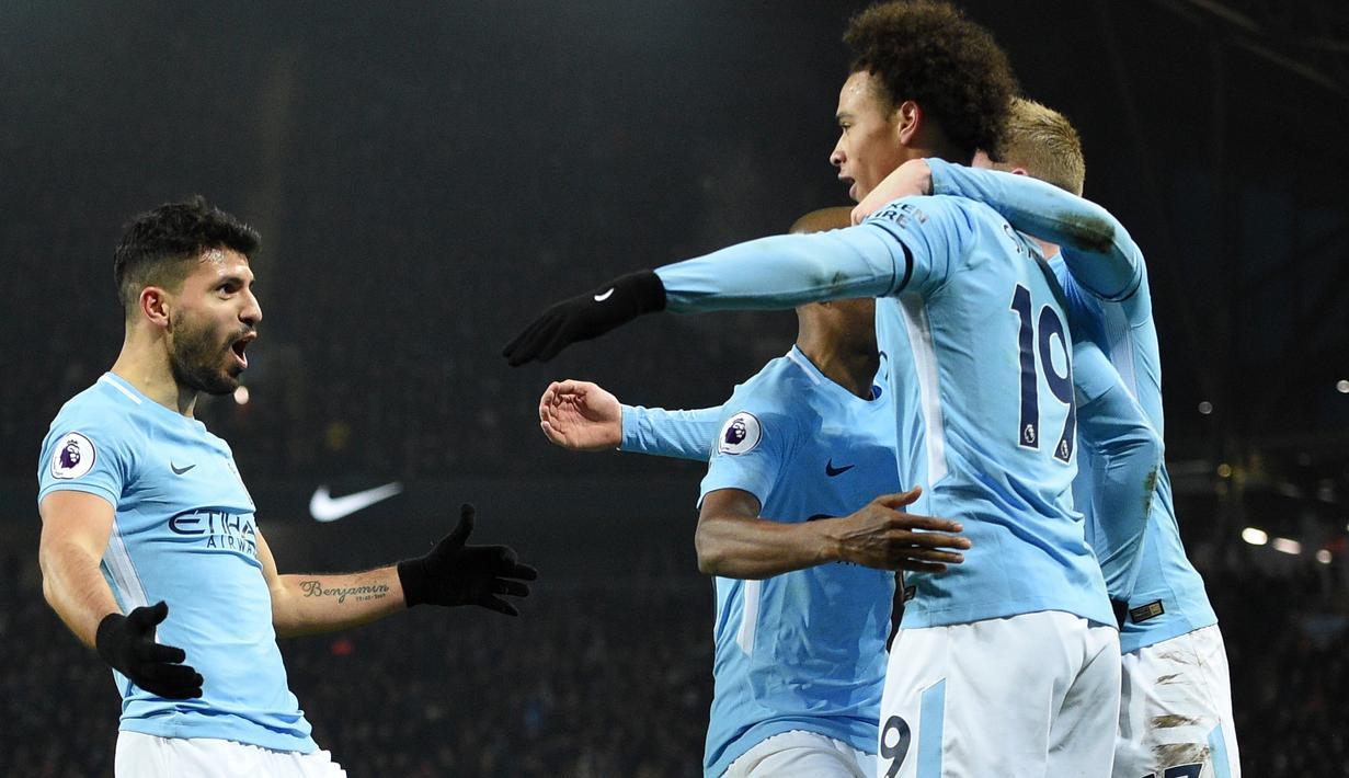 Para pemain Manchester City merayakan gol Sergio Aguero (kiri) saat melawan Newcastle United  pada laga Premier League di Etihad Stadium, Manchester, (20/1/2018). Manchester City menang 3-1. (AFP/Oli Scarff)
