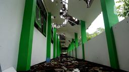 Kondisi atap di Lorong MAN 2 Malang yang ambruk akibat gempa di Turen, Kabupaten Malang, Minggu (11/4/2021). Menurut Kepala Tata Usaha MAN 2 Malang, M Fahtur Ridlo, sebanyak 16 ruangan mengalami kerusakan akibat gempa bermagnitudo 6,1 yang terjadi pada Sabtu (10/9). (merdeka.com/Nanda F. Ibrahim)