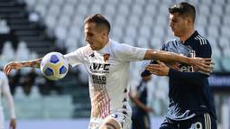 Gelandang Benevento, Riccardo Improta (kiri) menguasai bola dibayangi Striker Juventus, Alvaro Morata dalam laga lanjutan Liga Italia 2020/2021 pekan ke-28 di Allianz Stadium, Turin, Minggu (21/3/2021). Benevento menang 1-0 atas Juventus. (AFP/Marco Bertorello)