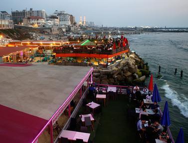 Menikmati Suasana Restoran di Pinggir Pantai Kota Gaza