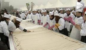 Warga Dangjin, Korea mencetak rekor dengan membuat kue beras sepanjang 5,08 km. Proses pembuatan kue tersebut berlangsung 7 jam dan menghabiskan 5 ton beras.