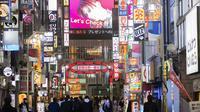 Orang-orang berjalan di sekitar lingkungan Shinjuku Tokyo, Kamis (7/1/2021). Perdana Menteri Jepang Yoshihide Suga mengatakan, status darurat itu berlaku mulai 8 Januari hingga 7 Februari 2021. (AP Photo/Hiro Komae)