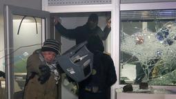 Para demonstran saat merusak fasilitas bank Rusia, Sberbank di Kyiv, Ukraina, (21/11). Selain menghancurkan bank massa memblokir lalu lintas dan membakar barang-barang di depan alun-alun. (REUTERS/Valentyn Ogirenko)