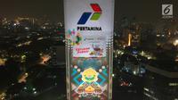 Maskot Asian Games  2018, Bhin-Bhin terpampang di video mapping atau layar bergerak di Gedung Utama Pertamina, Jakarta, Kamis (5/7). (Liputan6.com/Arya Manggala)