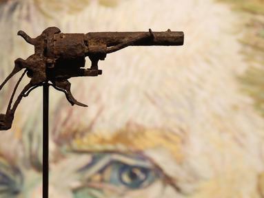 Pistol usang milik pelukis terkemuka asal Belanda, Vincent Van Gogh dipamerkan di sebuah rumah lelang di Paris, Prancis, 14 Juni 2019. Dalam acara lelang pada 19 Juni 2019, pistol jenis revolver Lefaucheux 7 mm itu laku hingga 162.500 euro atau sekitar Rp 2,6 miliar. (FRANCOIS GUILLOT/AFP)