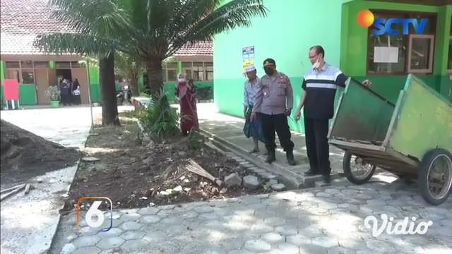 Dari rekaman video amatir milik warga, viral sebuah batu kerikil bergerak sendiri dan menghebohkan warga di Jember, Jawa Timur. Batu tersebut pertama kali ditemukan oleh tukang bangunan di SMP Negeri 1 Mayang pada (17/06/2021).