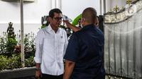 Menparekraf Wishnutama menjalani pemeriksaan suhu tubuh saat akan memasuki Kompleks Istana Kepresidenan, Jakarta, Selasa (3/3/2020). Istana Kepresidenan memperketat pemeriksaan terhadap tamu, ASN, dan pejabat negara untuk mencegah penyebaran virus corona (COVID-19). (Liputan6.com/Faizal Fanani)