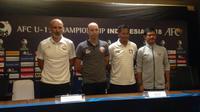 Empat pelatih tim yang akan berlaga di Grup A Piala AFC U-19 2018 berpose bersama setelah memberikan keterangan pers di SUGBK, Rabu (17/10/2018). (Bola.com/Benediktus Gerendo Pradigdo)