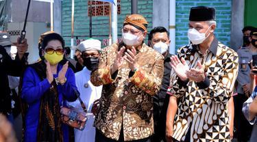 Menteri Koordinator Bidang Perekonomian Airlangga Hartarto mengunjungi sentra vaksinasi di Pondok Pesantren Al Manshurin. ( Sumber ekon.go.id)