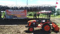 PT Pupuk Kalimantan Timur (PKT) salurkan satu unit traktor bagi kelompok tani Desa Nengke, Distrik Pantai Timur Bagian Barat, Kabupaten Sarmi Papua. (dok: PKT)