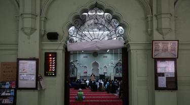 Umat Muslim berdoa untuk korban penembakan massal Christchurch di Selandia Baru di Masjid Jamia, Hong Kong  (18/3). Mereka berdoa untuk korban penembakan yang menewaskan 50 orang di Masjid Al Noor, Christchurch, Selandia Baru. (AFP Photo/Viviek Prakash)