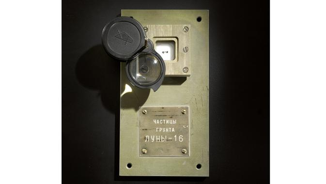 Pelelangan batu Bulan dari misi luar angkasa era Soviet. Dok: Sotheby's