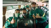 Berangkat ke Jakarta, Ini 6 Potret Punggawa Persebaya saat di Bus (sumber: Instagram/officialpersebaya)