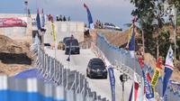 Pemandangan saat kendaraan melintasi Tanjakan Kali Kenteng di jalan tol fungsional Salatiga-Boyolali, Jawa Tengah, Senin (18/6). Pengelola akan membuka jalan tol fungsional ini hingga 24 Juni 2018. (Liputan6.com/Gholib)