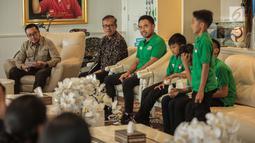 Menpora Imam Nahrawi menyambut kedatangan delapan pemain terbaik MILO Football Championship 2019 di Gedung Kemenpora, Jumat (26/7/2019). Selama tujuh hari para pemain terbaik ini mendapatkan pelatihan bersama puluhan anak lainnya, seperti Vietnam dan Amerika Selatan. (Liputan6.com/Faizal Fanani)