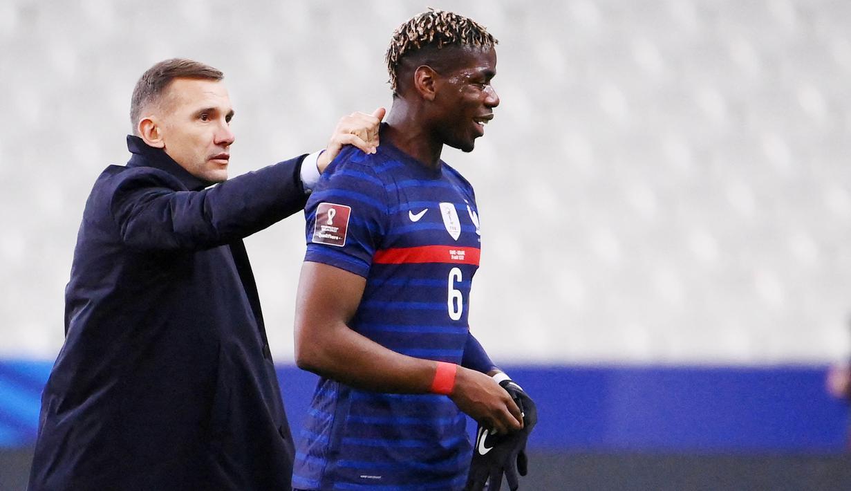 Pelatih Ukraina, Andriy Shevchenko, bercengkrama dengan gelandang Prancis, Paul Pogba, pada laga Kualifikasi Piala Dunia di Stadion Saint Denis, Paris, Kamis (25/3/2021). Kedua tim bermain imbang 1-1. (AFP/Franck Fife)