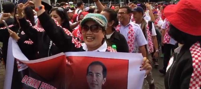 Jelang pengambilan nomor urut Pilpres 2019, massa pendukung Jokowi-Ma'ruf Amin berkumpul dahulu di Tugu Proklamasi.