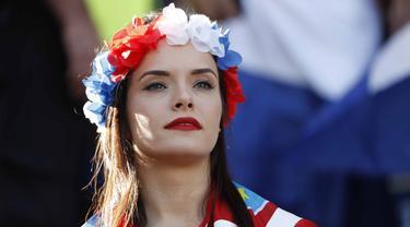 Fans Cantik asal Kroasia menanti laga babak 16 besar antara Kroasia melawan Portugal di Stade Bollaert-Delelis, Lens, Prancis (25/6/2016). (REUTERS/Charles Platiau)