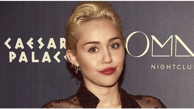 Kebiasaan Miley ini jadi contoh yang tak baik bagi penggemarnya, karena rata-rata penggemar mantan bintang Disney ini adalah kalangan remaja.