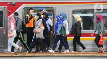 FOTO: Cegah Antrean Penumpang, Aparat Keamanan Diterjunkan di Stasiun Bogor