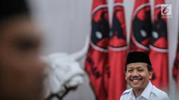 Sekda Jabar, Iwa Karniwa saat di kantor DPP PDIP, Jakarta, Jumat (7/7). Iwa mendaftarkan diri sebagai Cagub Jabar untuk Pilkada 2018 melalui PDIP dengan didampingi sekitar 50 massa pendukung dari elemen se Jawa Barat. (Liputan6.com/Faizal Fanani)