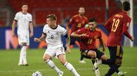 Tampak gelandang Jerman, Toni Kross kelabui gelandang Spanyol, Oscar Rodriguez. Pada laga Nations League, Jumat (4/9/2020) dini hari WIB, kedua tim bermain imbang 1-1.
