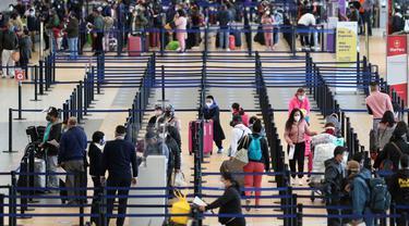 Penumpang melakukan check-in di Bandara Internasional Jorge Chavez di Callao, Peru, Senin (5/10/2020). Bandara terbesar Peru pada Senin, 5 Oktober, membuka kembali penerbangan penumpang internasional yang dihentikan selama lebih dari enam bulan di tengah pandemi COVID-19. (AP Photo/Martin Mejia)