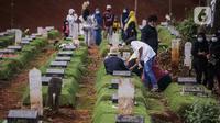 Sejumlah orang saat berziarah ke makam di Tempat Pemakaman Umum (TPU) Pondok Ranggon, Jakarta, Minggu (04/04/21). Meskipun di tengah pandemi Covid-19 warga tetap melakukan tradisi ziarah kubur. menjelang bulan Ramadan. (Liputan6.com/Faizal Fanani)