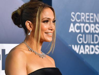 Aktris dan penyanyi Jennifer Lopez menghadiri ajang Screen Actors Guild Awards atau SAG Awards 2020 ke-26 di Shrine Auditorium Los Angeles, Minggu (19/1/2020). JLo tampil elegan mengenakan gaun hitam off shoulder dari Georges Hobeika dalam potongan minimalis yang elegan. (Frederic J. Brown/AFP)