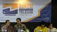 Ketua KPI, Yuliandre Darwis (kedua kiri) mendampingi tim ISKI melakukan rilis indeks kualitas program siaran televisi periode II 2016 di Jakarta, Rabu (5/10). Survei dilaksanakan tim dari 12 perguruan tinggi di Indonesia. (Liputan6.com/Helmi Fithriansyah)
