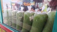 Selama ramadan, es cendol Bandung di Garut, Jawa Barat mendapatkan lonjakan omset penjualan hingga puluhan juta per hari. (Liputan6.com/Jayadi Supriadin)