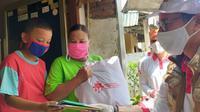 Sandiaga Uno menyerahkan bantuan sembako dan masker terhadap warga terdampak pandemi corona Covid-19 di Tebet, Jakarta Selatan. (Ist)