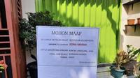 Pengurus RT di Soreang Kabupaten Bandung menempeli rumah warga yang ditinggal mudik dengan poster peringatan dilarang mendekat dan kontak langsung dengan pemilik rumah. (Liputan6.com/ Ist/ @Dewisutrisno_)