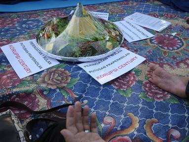 Masyarakat Anti Korupsi Indonesia membaca doa pada peringatan satu bulan putusan praperadilan Bank Century di depan Gedung KPK, Jakarta, Kamis (10/5). MAKI berharap KPK segera menetapkan tersangka baru kasus Century. (Liputan6.com/Helmi Fithriansyah)
