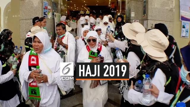 Ratusan jemaah haji embarkasi Jakarta berangkat ke Kota Makkah, mereka mulai melaksanakan rangkaian poses ibadah haji. Petugas kesehatan haji mengingatkan jemaah untuk banyak mengkonsumsi air.