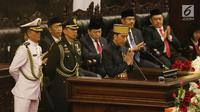 Presiden Joko Widodo atau Jokowi memberi salam usai berpidato dalam Sidang Tahunan MPR di Kompleks Parlemen, Senayan, Jakarta, Selasa (16/8). Sidang tersebut beragendakan mendengar pidato Presiden Jokowi selaku Kepala Negara. (Liputan6.com/Johan Tallo)