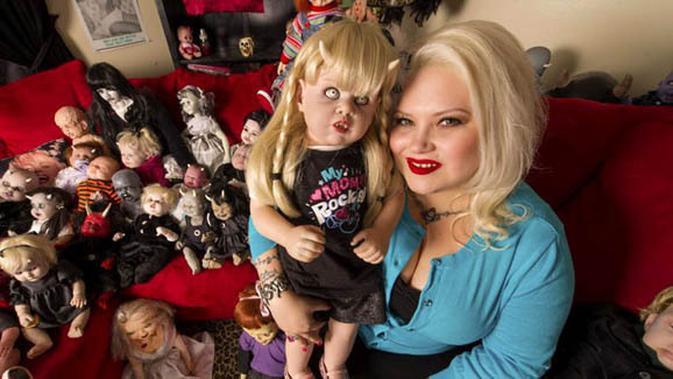 Wanita Ini Mengoleksi Dan Mencintai Ratusan Boneka Seram Fashion Fimela Com
